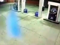 شبح بلون أزرق في محطة بنزين التقطته الكاميرا، يشك الكثيرين في حقيقة ذلك وربما يخدم ذلك هدفاً تجارياً