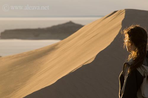 Contemplar Punta Pirámides desde los medanos de Pardelas