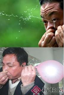 Un chino se ordeña los ojos e infla globos con los oidos.