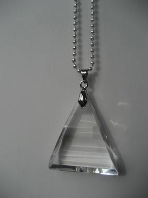 Jag är jätteförtjust i dessa snygga glasberlocker! Fina att ha i alla typer  av halsband. Här i långa kulkedjor. 57e305eecf818