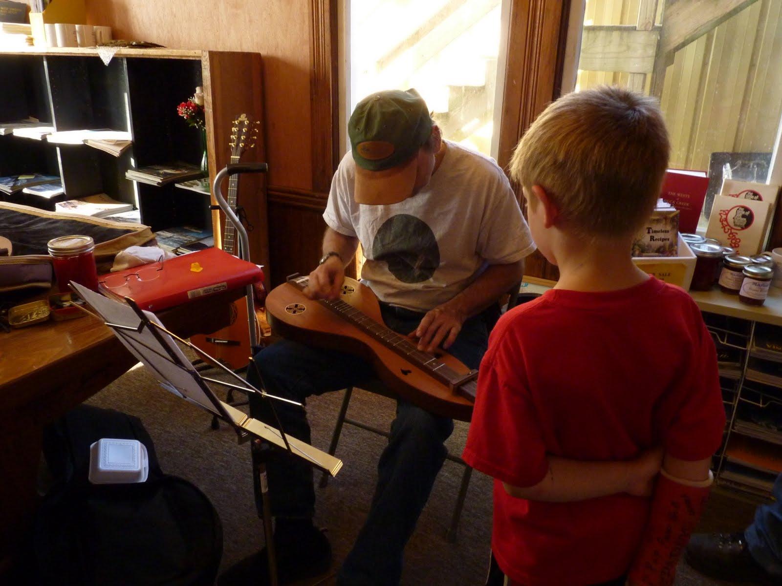 Granny Sue's News and Reviews: Folk Festival: Dulcimer Maker