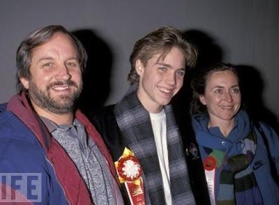 Jonathan Brandis junto a sus padres