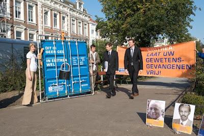 Um protesto recente da Anistia Internacional, em frente da embaixa da Eritreia, na Holanda, para chamar a atenção do mundo às atrocidades que são cometidas em muitos países esquecidos da ONU. A imagem do container e do cadeado é uma alusão às milhares de prisões degradantes de containers que a Eritreia mantém. Para esses container vão dissidentes políticos, bandidos de alta periculosidade... e cristãos que se negaram a rejeitar a Cristo!!