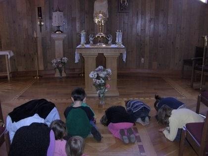 Familia Católica Visita Guiada Al Santísimo Con Niños Hora Santa