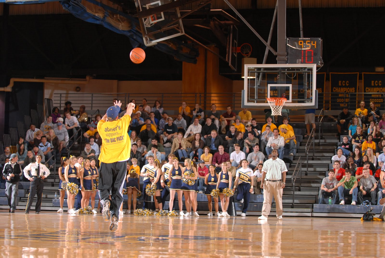 Blind Pass: Amazing Buzzer Beater Shot From Half Court On ...