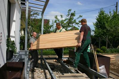 Holzdeck Lärche, Terrasse für ein Siedlerhaus in München aus Holz, Unterbau Stahlträger, Terrasse von unten verschraubt, Gebirgslärche