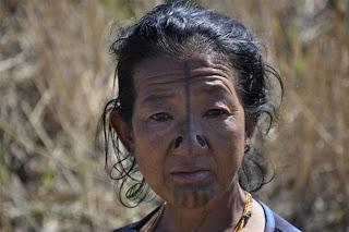 [Image: Suku+Wanita+Tidak+Mempunyai+Lubang+Hidung+3.jpg]