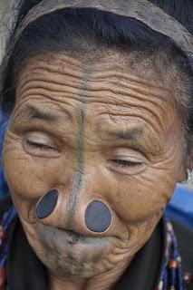 [Image: Suku+Wanita+Tidak+Mempunyai+Lubang+Hidung+7.jpg]