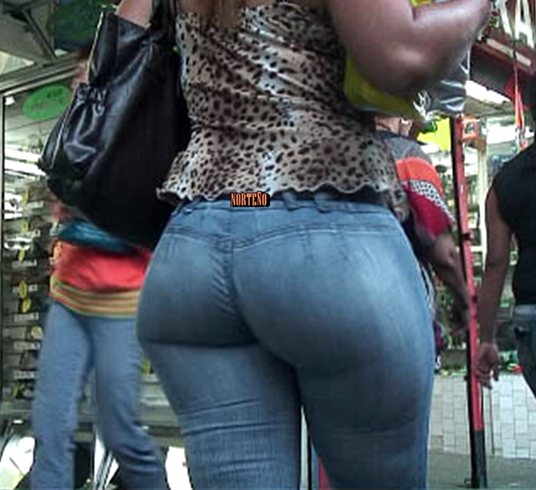 Rica culona en jeans iba apurada - 2 3