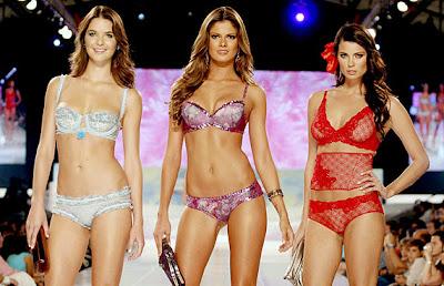 869a36ac5 As lingeries e looks de moda praia dominaram os desfiles do segundo dia do  Colombiamoda 2008. As grifes Carmen Belisa e Leonisa apresentaram suas  novidades ...