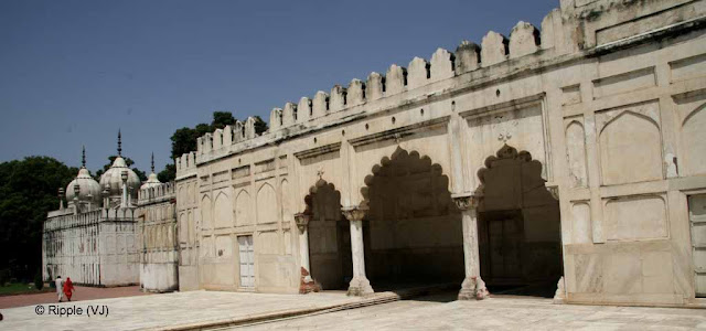 RED FORT: HAMMAM and MOTI MASJID: The personal mosque of Aurungzeb, Moti Masjid or         Pearl Mosque lies to the west of Hamam.