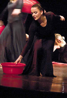 Posted by Ripple (VJ) : Performance by Leipziger Tanztheater @ Kamani, Delhi : They used props like tubs and acts like washing hair and putting on makeup to depict girls past their adolescence.