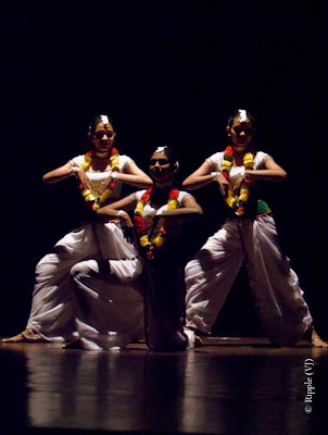 Posted by Ripple (VJ) : Dance Performance by Sri lankan folk dancers @ Kamani, Delhi : Their white costumes stood out against the black backgrounds