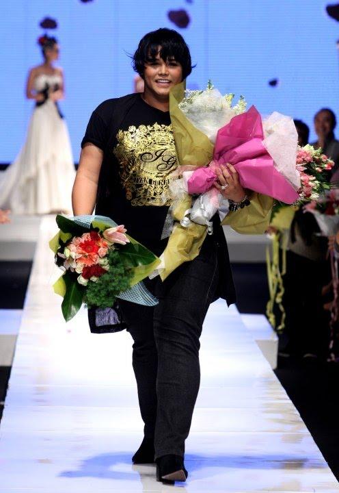 Ivan Gunawan menunjukkan eksistensinya dengan menggelar pergelaran busana  tunggal di hajatan Jakarta Fashion Week 09 10 di Pacific Place Jakarta  baru-baru ... f84d44bd9d