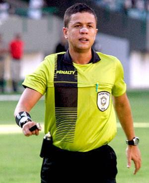 O árbitro alagoano Charles Hebert Cavalcante Ferreira validou de forma  escandalosa 2da994b42162d