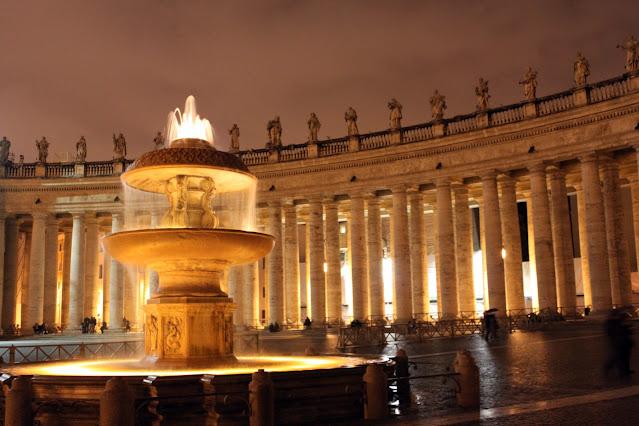 Colonnato di Piazza San Pietro di notte-Roma