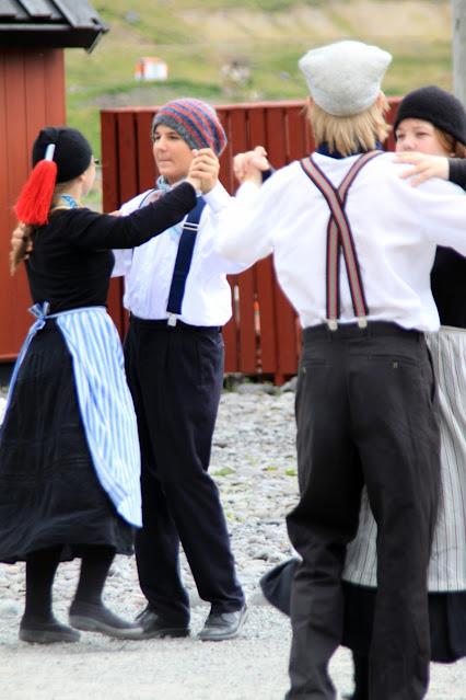 Isafjordur-Ballo in abiti tradizionali