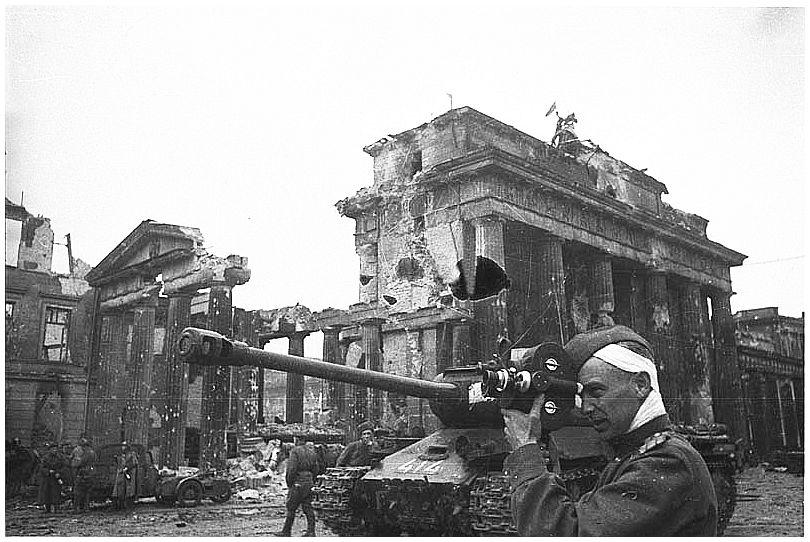 Red Army Guards Division Parades Past Brandenberg Gate ...  |Brandenburg Gate Ww2