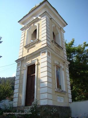 Камбанарията на енорийския храм