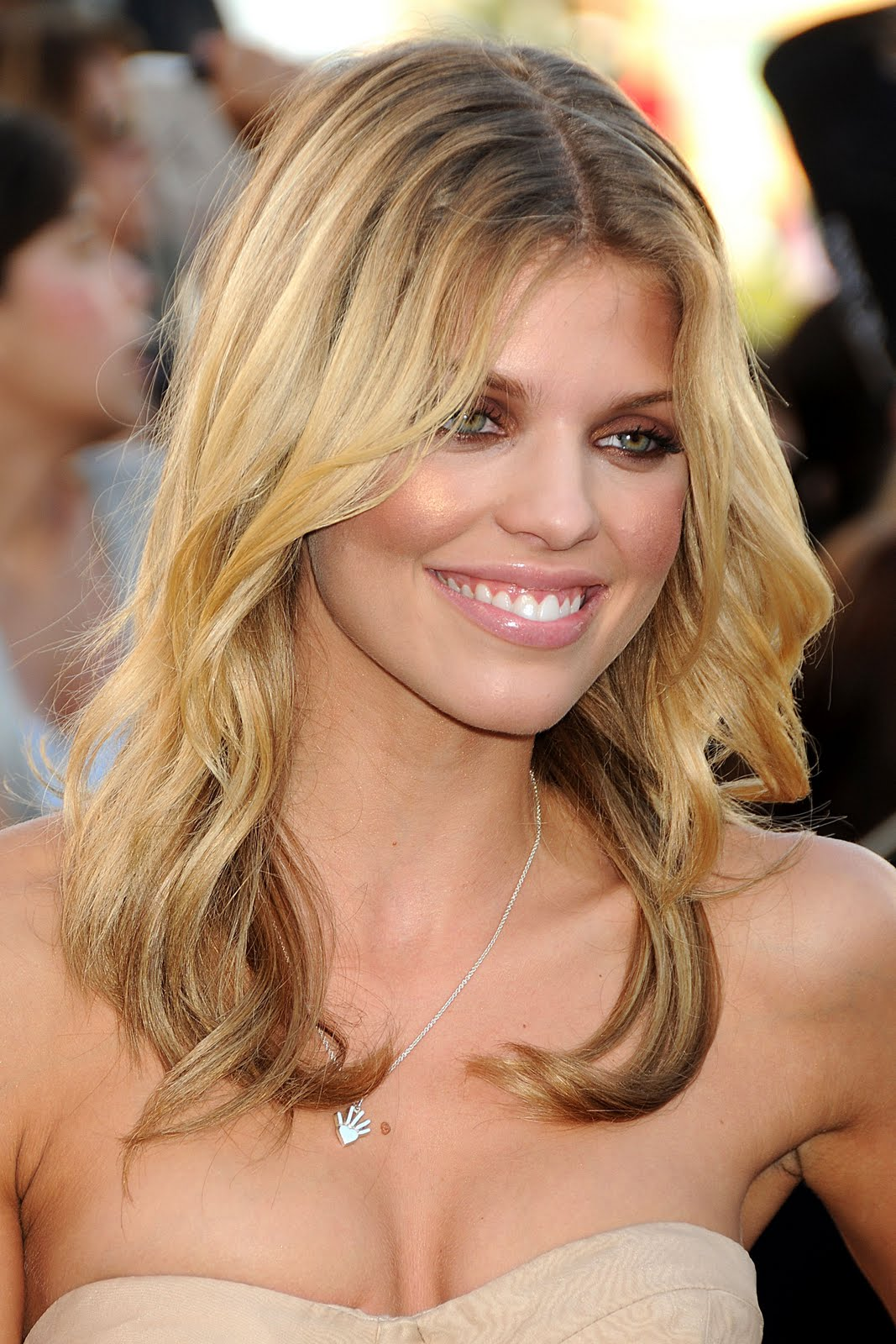 Wallpaper World: AnnaLynne McCord Beautiful Cleavage