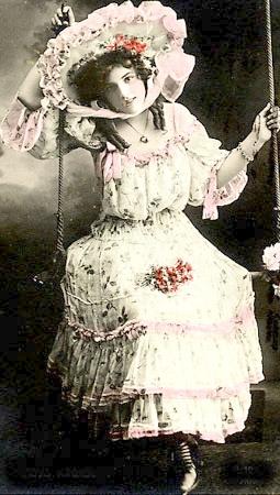 carte postale ancienne, femme à la balançoire