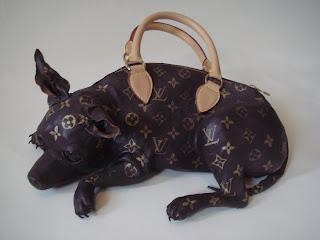 Сумка-собака похожа на чихуа-хуа, покрытую логотипами Louis Vuitton.  Эту сумочку создала Meryl Smith...
