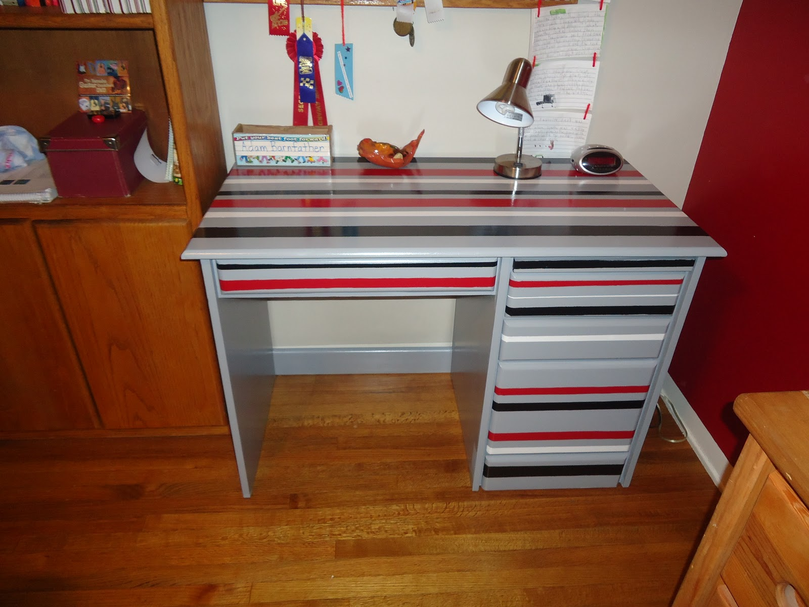 Boys 39 desk how to 39 s organizing made fun boys 39 desk how - Desks for small rooms ...