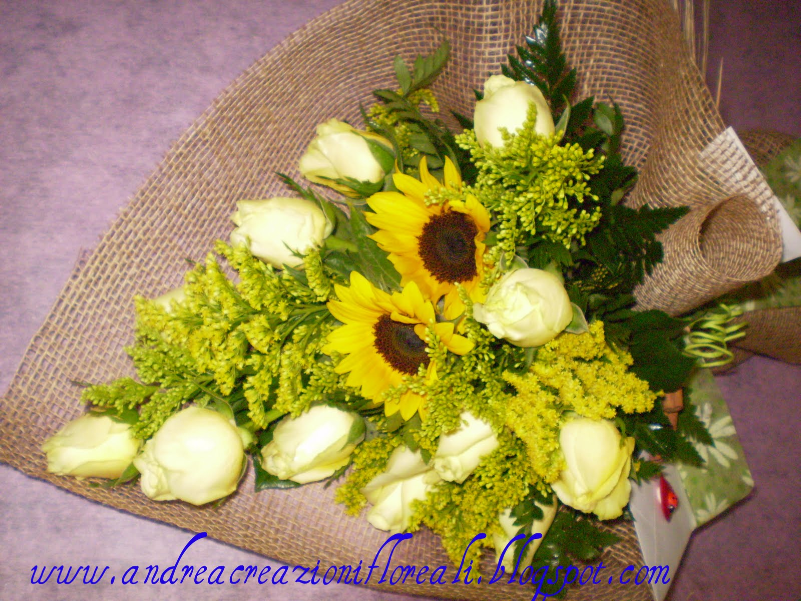 Eccezionale Fiorilù creazioni floreali: Fascio di rose e girasoli AA28
