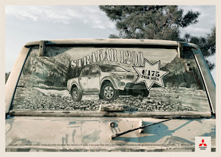 Рисунок на грязи заднего стекла автомобиля.
