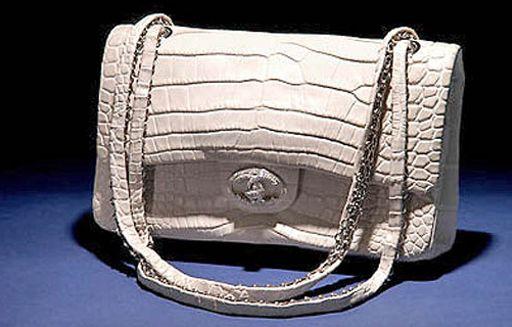 """cba05a5f0 ... de este bolso de lujo de Chanel, y su precio rondaba en el mercado los  261.000 € cada uno, lo que lo convirtió en """"el bolso más caro del mundo""""."""