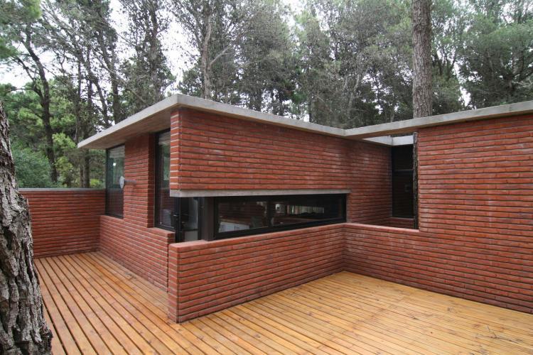 Casa de ladrillos bak arquitectos tecno haus for Casa minimalista rojo