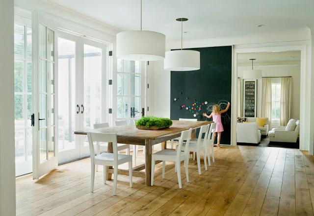 Mesa de madeira rústica com cadeiras brancas. Blog Achados de Decoração