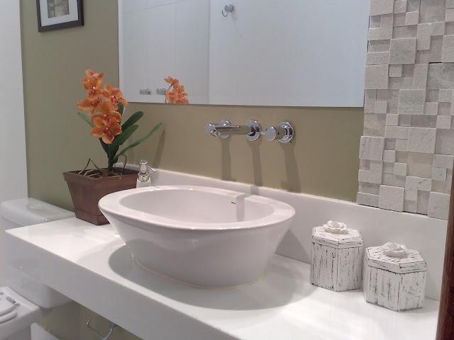 Decoração de lavabo com mármore branco. Blog Achados de Decoração