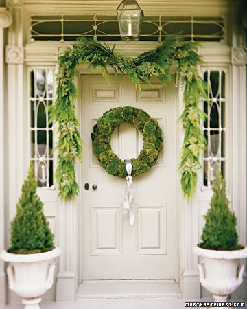 I Am Just Loving These Front Door Decorations A Fan Of Moss And The Wreath Above Is Getting Me All Worked Up Course Martha Knows How To Do