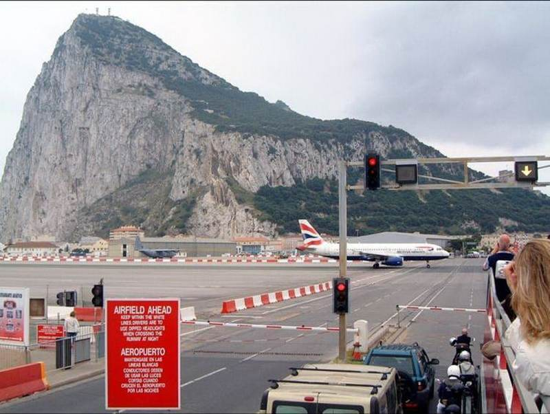http://i2.wp.com/3.bp.blogspot.com/_ax5ZIdFoW1U/St2QmWkKObI/AAAAAAAAcgo/I-AnWZ6K3VM/s800/gibraltar-airport-runway-10.jpg