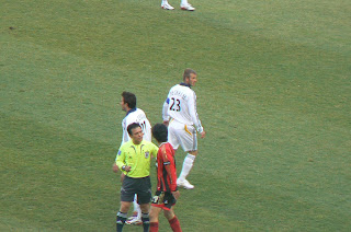 Referee has words with Lee Chung-young
