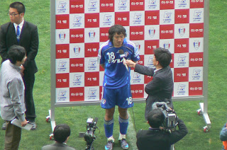 Shin Young-rok talks to the press