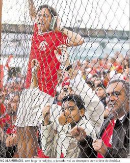 Felipinho Cereal, em foto de Jorge Willian, publicada em O GLOBO de 20 de julho de 2009, durante o jogo São Cristóvão e América, em Figueira de Melo, em 19 de julho de 2009, Eduardo Goldenberg à sua direita