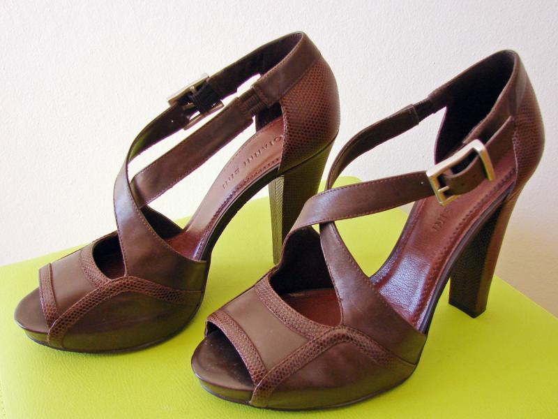 e347e45ff ... da marca Gianni Bini em couro marrom. Sapato tipo exportação. O tamanho  marcado é 8M que corresponde a um 36 e meio aqui. Salto de 12 cm e meia pata  ...