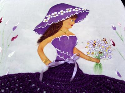 pintura em tecido boneca com vestido roxo com saia de croche