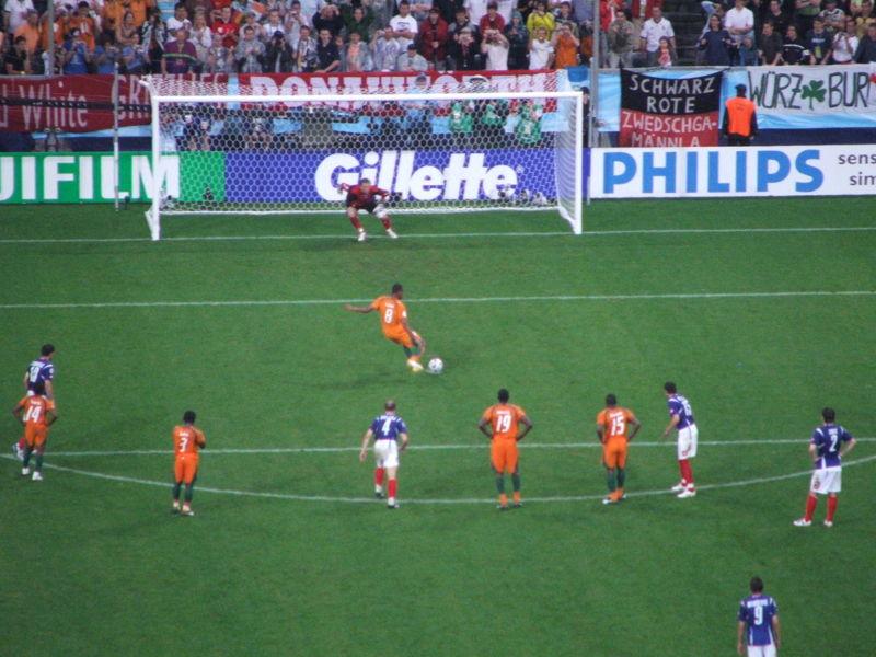 Estava a olhar o Blog Brasil Mundial FC e vi o vídeo da mais nova forma de  bater uma penalidade no futebol  o pênalty em dois toques no Japão! a96853934fb57