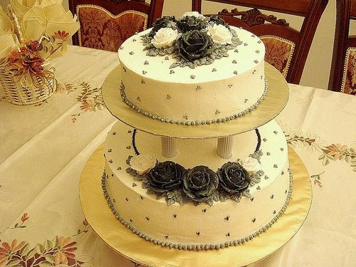 3 tier wedding cake to feed 150 chiquecakes 2 tier wedding cake amp 150 cupcakes black 10337