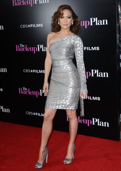 6e8147193d En la premiere en Los Angeles con un vestido gris asimétrico de Gianfranco  Ferre.