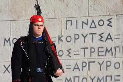 A Praça ou PLATEIA SYNTAGMA de Atenas, o centro da capital grega | Grécia