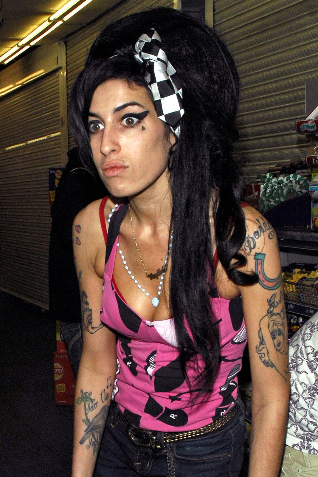 https://3.bp.blogspot.com/_csogD6ptEnI/SwD5iAHcA6I/AAAAAAAADhc/Bqx4S0Ov79A/s1600/Amy_Winehouse_03.jpg