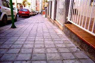 una calle empedrada