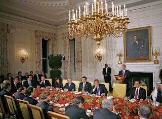 https://i1.wp.com/3.bp.blogspot.com/_cx3hpNp5pUY/SSDJUp6OYII/AAAAAAAAAcU/OQXxRYg0iM4/s320/Viernes+11.14.2008+-+discurso+del+presidente+de+Estados+Unidos,+George+W.+Bush,+durante+la+cena+organizada+esta+noche+en+la+Casa+Blanca.jpg