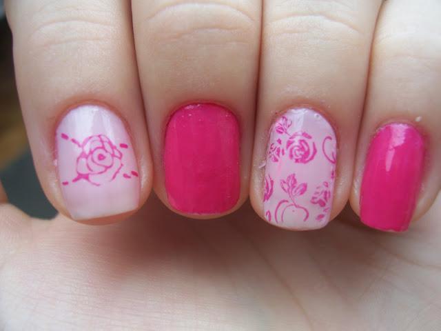 Unhas rosa com carimbada