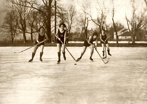 Ice-hockeying women in bathing suits. Minneapolis, USA, 1925. Nationaal Archief / Spaarnestad Photo