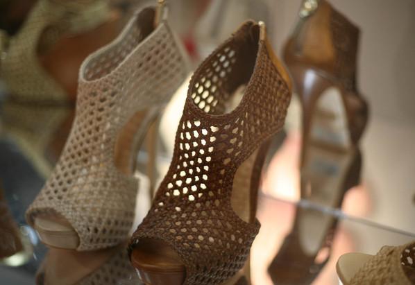 fc64dd4b9 Abotinadas: sucesso de vendas no inverno, as sandálias abotinadas continuam  em alta no verão 2011, mas com texturas mais leves. Estas são da Schutz